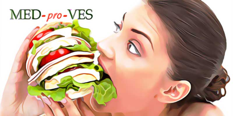 Женщина ест большой бургер