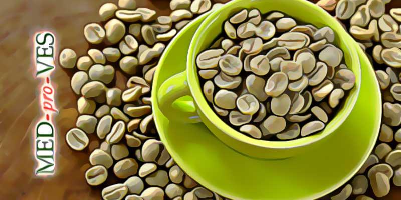 Свежие зерна кофе в чашке