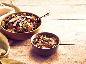 Холодный суп и салат в чашке