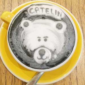 Угольный латте с рисунком-медведем